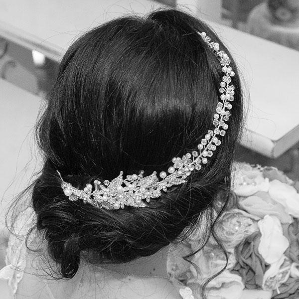 Accesoriu maleabil argintiu cu motive florale, cristale și perle. [0]