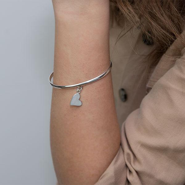 Brățară din argint semi-rigidă cu inimă atașată [0]