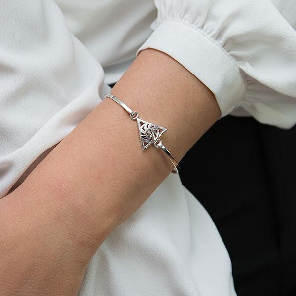 Bratara argint moderna cu triunghi si motiv floral [1]