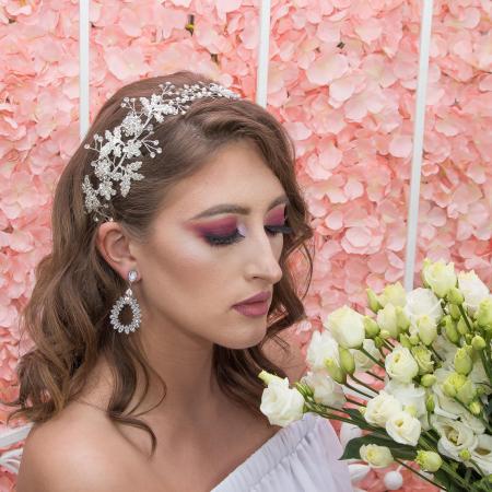 Accesoriu de păr deosebit, floral, pentru mirese, cu cristale, perle și ștrasuri. [1]
