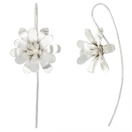 Cercei cu tije lungi din argint și flori satinate mate pe lob [2]