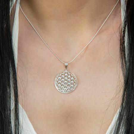 Pandantiv rotund din argint ce reprezintă floarea vieții [1]