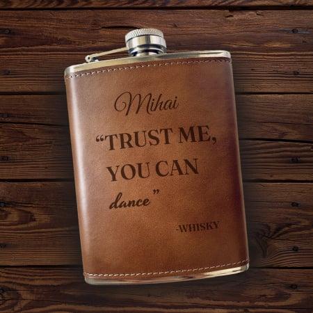 Sticlă de buzunar din piele Dance, personalizată cu nume