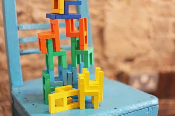Joc din lemn Echilibru Scaunele colorate Goki 5