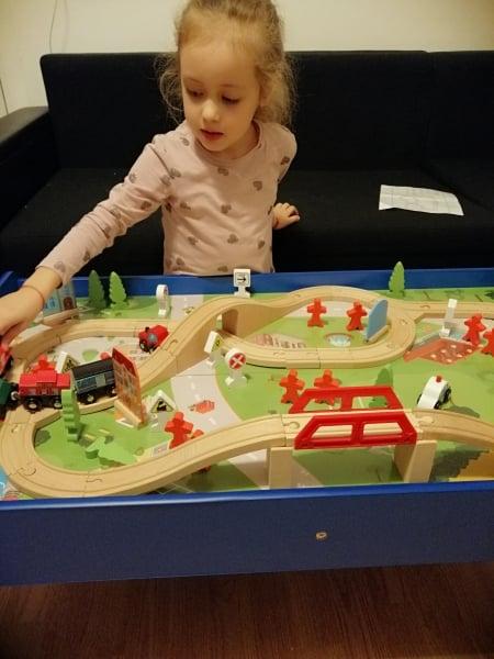 Masuta din lemn Oraselul cu tren si accesorii 8