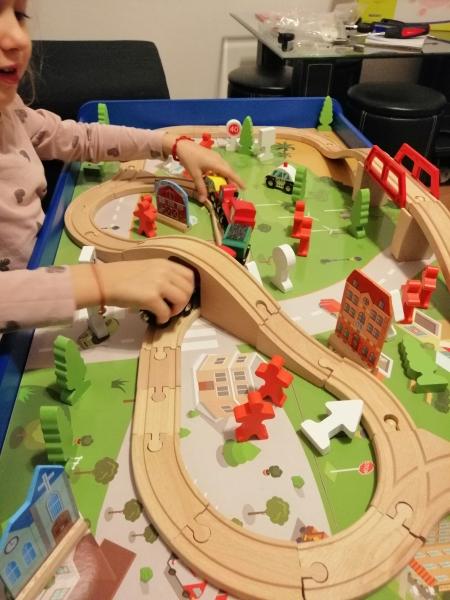 Masuta din lemn Oraselul cu tren si accesorii 7