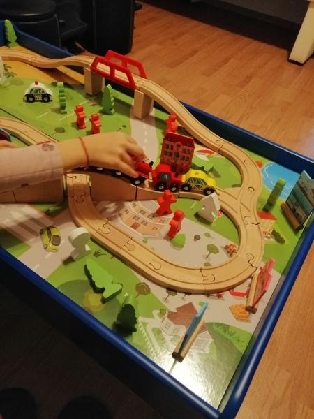 Masuta din lemn Oraselul cu tren si accesorii 4