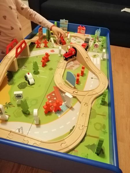 Masuta din lemn Oraselul cu tren si accesorii 10