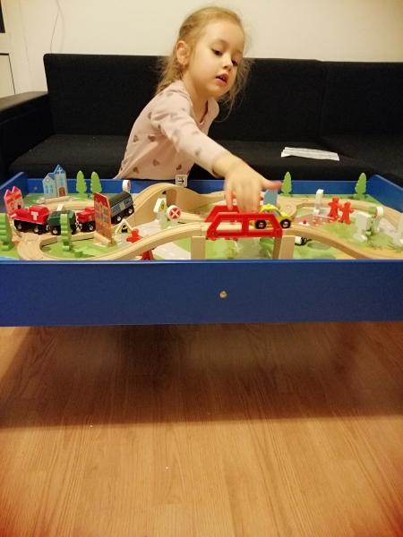 Masuta din lemn Oraselul cu tren si accesorii 13