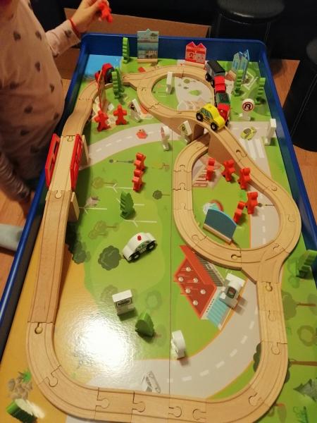Masuta din lemn Oraselul cu tren si accesorii 11