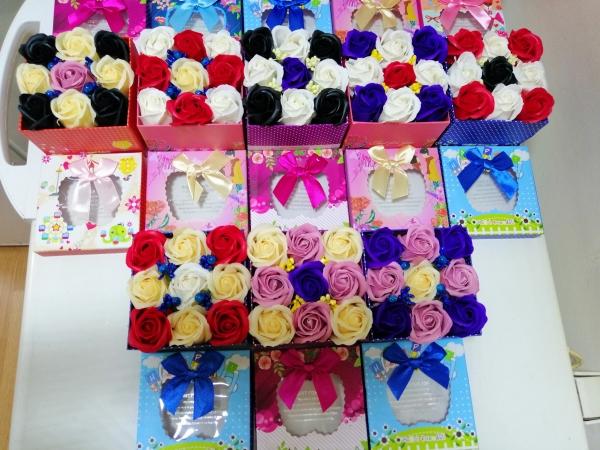 Trandafiri de sapun in cutie cadou -Aranjamente Trandafir de sapun parfumati 3