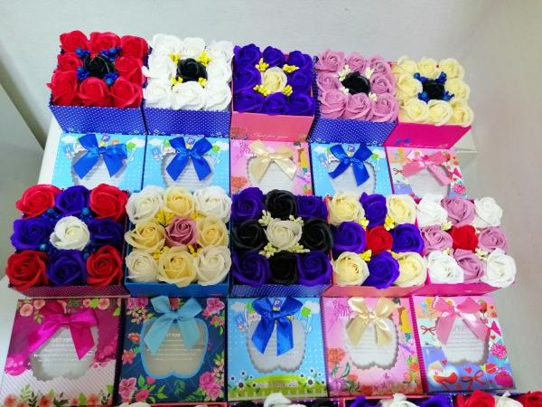 Trandafiri de sapun in cutie cadou -Aranjamente Trandafir de sapun parfumati 1