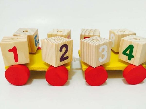 Tren din Lemn cu Cuburi Rotative Cifre si Litere 1