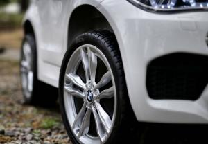 Masinuta electrica BMW X6M 2x35W 12V PREMIUM #Alb5