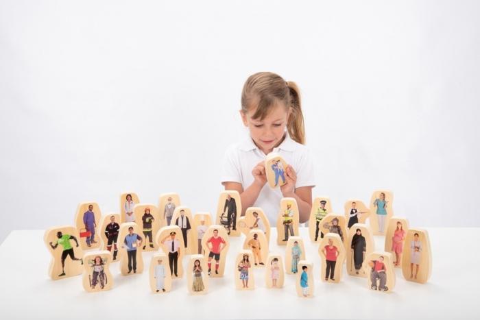 Blocuri din lemn cu roluri sociale, TickiT, set de 32 2