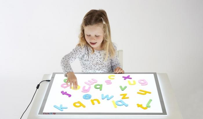 Set de 26 litere mici colorate transparente de înălțime 70 mm, TickiT 1