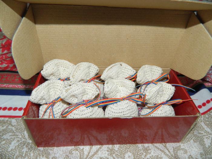 Saculet crosetat manual cu motive traditionale, Umplut cu flori de lavanda, crem, 7 x 9 cm 1