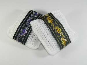 Pernuta crosetat manual cu motive traditionale, Umplut cu flori de lavanda, Alb, 7 x 9 cm2