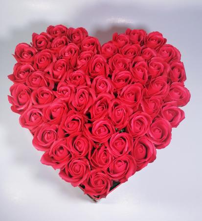 Aranjament cu 55 trandafiri de sapun, tip inima, Rosu2