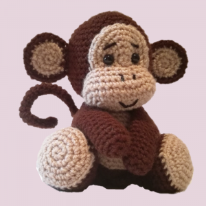 Jucarie crosetata manual Maimuta cu umplutura hipoalergenica, maro, 18 cm0