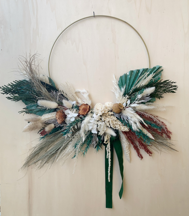 Coronita decorativa pe inel metalic cu flori uscate si stabilizate, alb, verde, 38 cm lotusland.ro