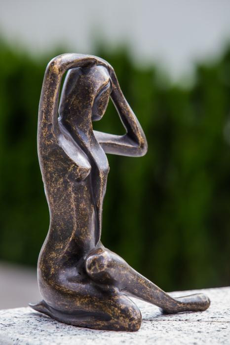 Statuie de bronz moderna Sitting Lady, 25x18x18 cm lotusland.ro