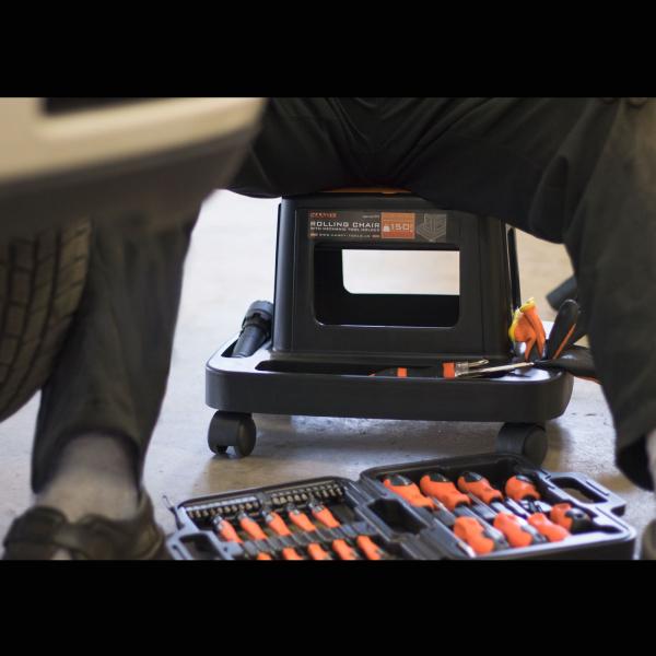 Scaun de lucru pe rotile cu compartimente pentru scule 3