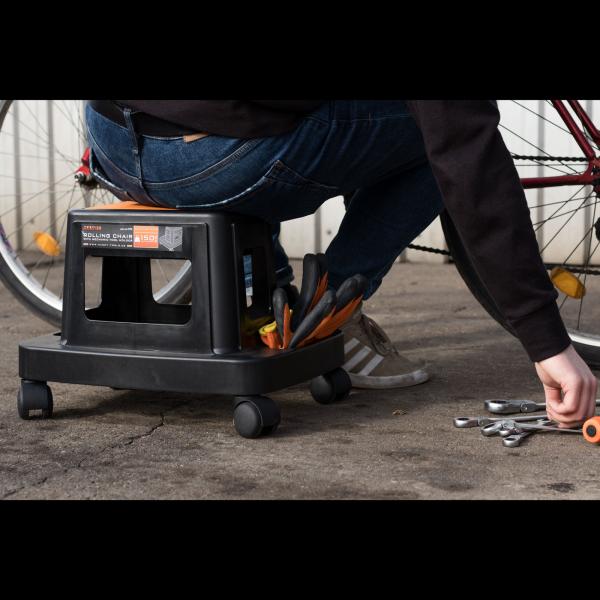 Scaun de lucru pe rotile cu compartimente pentru scule 1