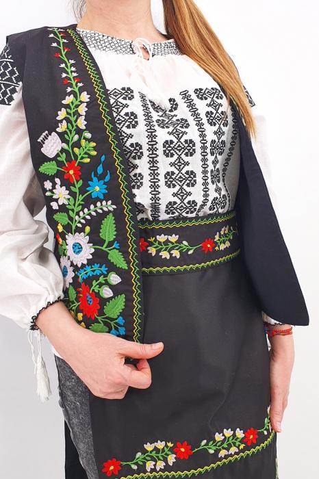 Costum Traditional Vesta, brau si 2 Fote brodate cu model traditional Iulia 4