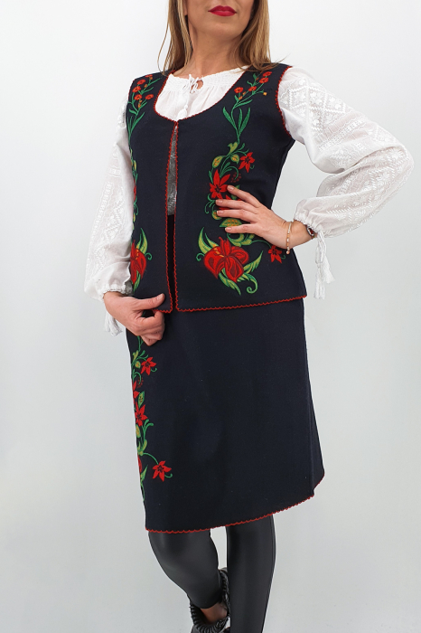 Costum Traditional Vesta si Fusta brodata cu model traditional 3 0