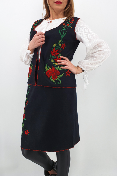 Costum Traditional Vesta si Fusta brodata cu model traditional 3 2