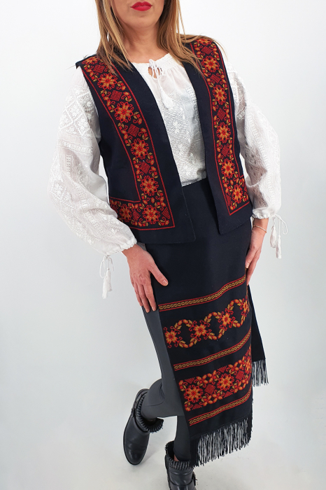 Costum Traditional Vesta si 2 Fote brodate cu model traditional 3