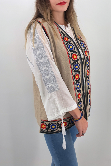 Vesta brodata cu model traditional  Caitlin 1