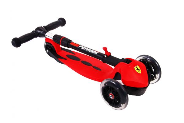 Trotineta Ferrari cu 3 roti 1