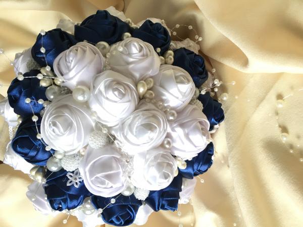 Buchet mireasa - boboci trandafir cu brose, strasuri si margele 0