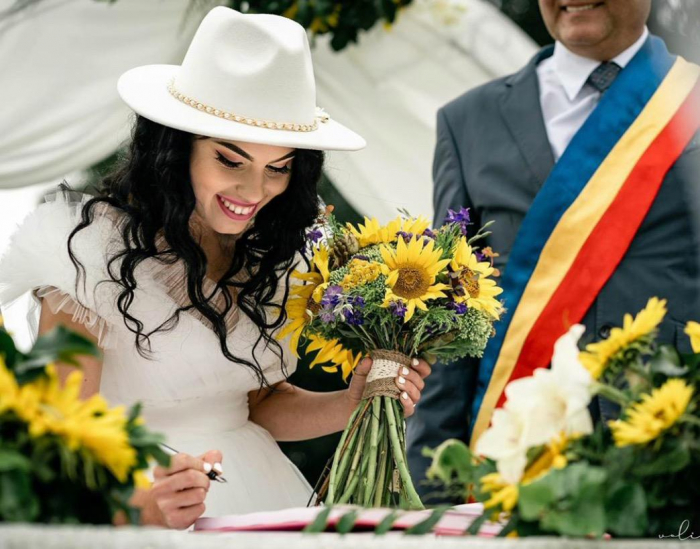 Palarie Alba Handmade cu funda si accesoriu la alegere 39