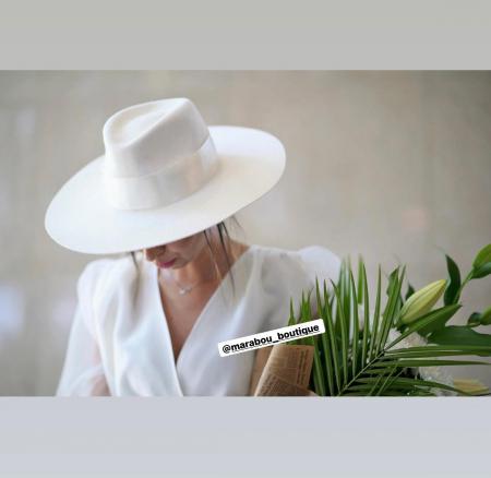 Palarie Alba Handmade cu Bor Lat si bentita detasabila cu accesoriu la alegere2