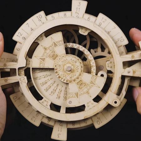 Calendar perpetuum - Puzzle mecanic 3D din lemn3