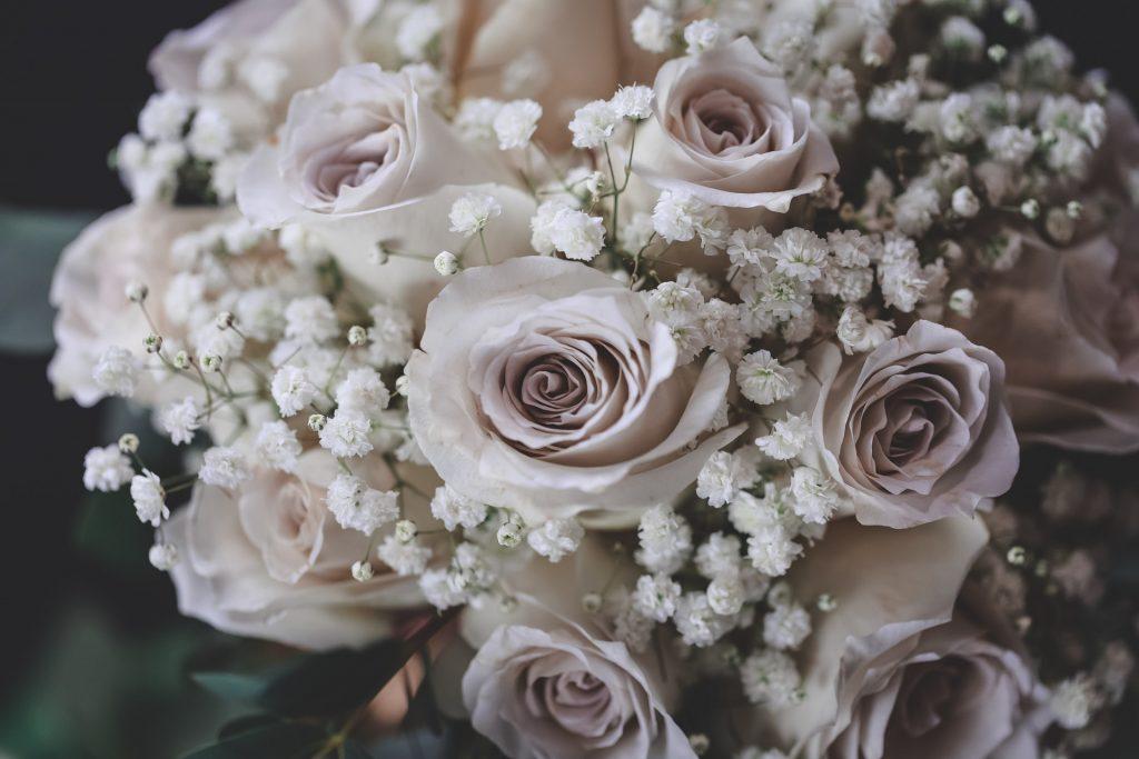 Alege-cele-mai-frumoase-flori-pentru-buchetul-de-mireasa-1024x683