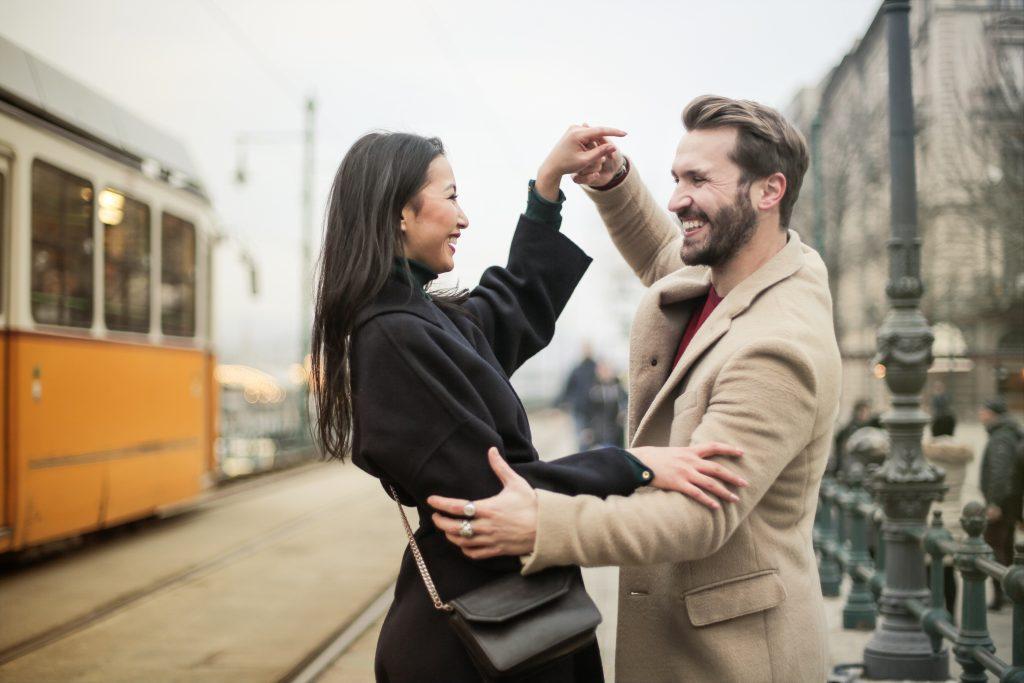 cuplu fericit cadouri