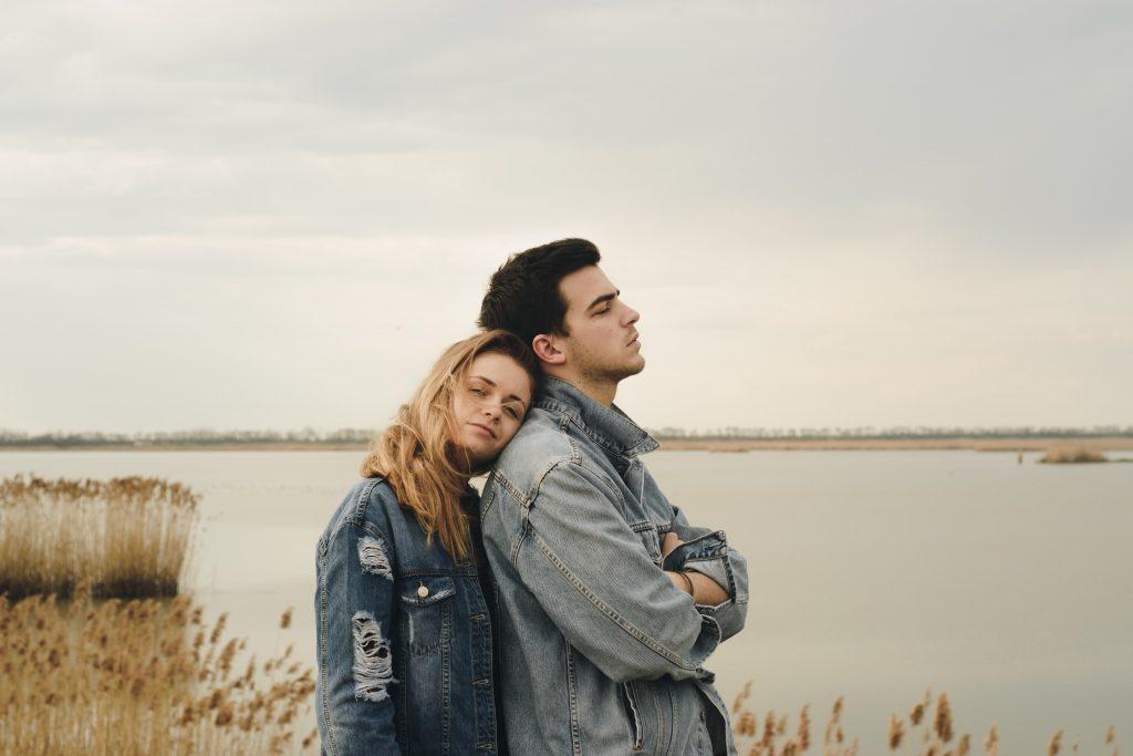 cuplu-tineri-casatoriti