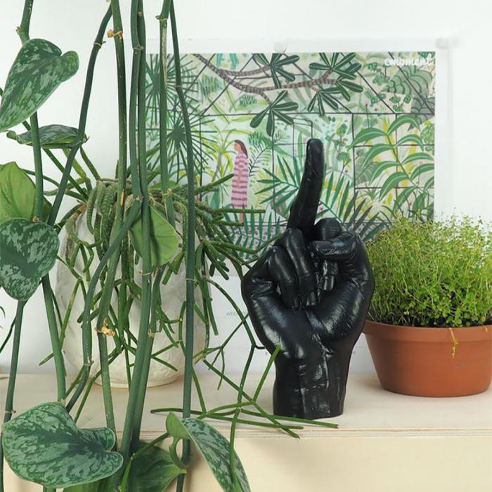 Degetul mijlociu, Sculptura tabu, Black 1