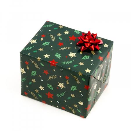 Kit Ambaleaza-ti singur cadoul. Primesti o coala de Hartie pentru impachetat cu motive Craciunesti 70x50cm + o Funda colorata Turquoise, Rosu sau Auriu (se trimite aleatoriu)0