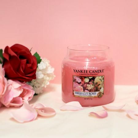 Lumanare parfumata Yankee Candle fresh cut roses Borcan mediu0