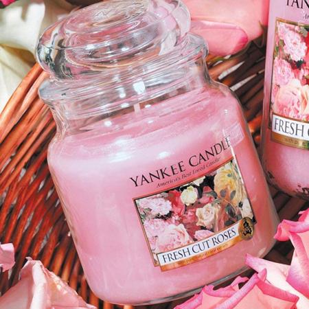 Lumanare parfumata Yankee Candle fresh cut roses Borcan mediu1