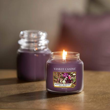 Lumanare parfumata Yankee Candle moonlit blossoms Borcan mediu0