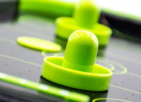 Masa air hockey cu elemente neon1