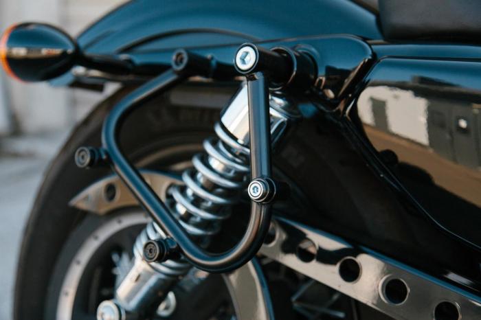 Suport geanta SLC stanga Harley Sportster models (04-). 3