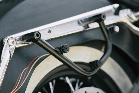 Suport geanta SLC stanga Harley Davidson Softail models.1