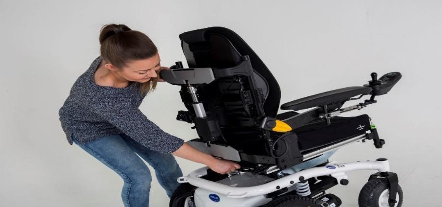 Întreținerea unui scaun cu rotile electric acasă
